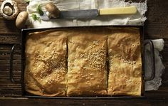 Mushroom pie by Greek chef Akis Petretzikis. A great rustique pie with country phyllo dough made with sauteed mushrooms, onions, olives, herbs and gruyere! Cantaloupe Recipes, Radish Recipes, Cheddarwurst Recipe, Frangipane Recipes, Spagetti Recipe, Szechuan Recipes, Mushroom Pie