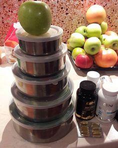 В период подготовки я ем белок, углеводы и овощи. 5 приёмов еды в 8.30 , 11.00, 14.00, 17.00 , 20.00. Белка -1,5 грамма на 1 кг моего веса.Жиры - чуть более 1 гр на вес тела .Сложные Углеводы - 3 приёма. Овощи - их не считаю , ем салаты 3 порции за день ( листья салата, огурец , помидора, авокадо, с оливковым маслом и семенами тыквы или подсолнуха) .Фрукты сейчас 1 яблоко и пол грейпфрута.  Вода простая- 4 л.. Калорий за день 1500-1600.Это мой режим питания в момент подготовки.