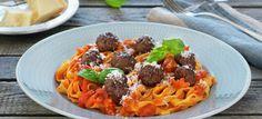 Kjøttboller med tomatsaus og pasta
