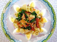 Een snelle pastasalade met lauwwarme spinazie, zongedroogde tomaatjes en zalm