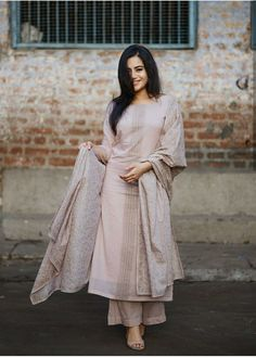 Best Trendy Outfits Part 35 Pakistani Outfits, Indian Outfits, Indian Dresses, Salwar Designs, Kurti Designs Party Wear, Indian Attire, Indian Ethnic Wear, Ethnic Dress, Simple Dresses