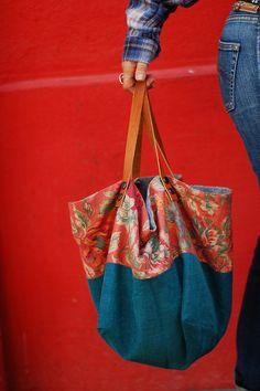 le cabas de la fille en jean en bleu canard et fleuri Coin Couture, Altered Couture, Diy Sac, Diy Bags Purses, Recycle Jeans, Craft Bags, Recycled Denim, Denim Bag, Fabric Bags