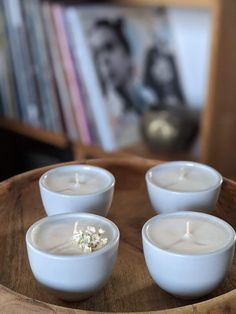 Voici un modèle en céramique blanche, avec quatre parfums disponibles: mûre/myrtille, fleur d'oranger, fleurs de Grasse et amande ! Ainsi, Voici, Tea Lights, Candles, Orange Blossom, Flowers, Scented Candles, White Ceramics, Blueberries