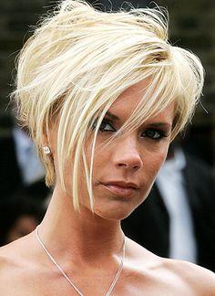 Durch jahrelanges Tragen von Extensions sind Victoria Beckhams Haare stark angegriffen und brüchig. Sie trennt sich von der langen Pracht und begeistert mit einem rockigen Kurzhaarschnitt in Blond.