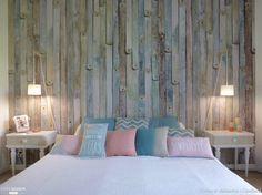Chambre composée de planches de bois et de belles touches pastel, réalisation signée l'atelier J