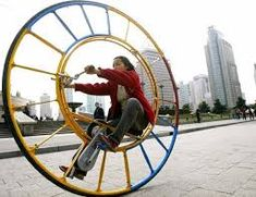 Woman rides a unicycle in Shanghai - Weird and wonderful Chinese inventions - Features Velo Design, Bicycle Design, Inventions Folles, Ideas Para Inventos, Weird Inventions, Unicycle, Weird Cars, Bike Art, Cool Bikes