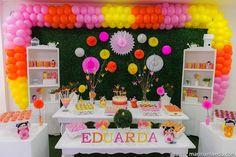 Aniversário de menina com tema de origamis. Bexigas, flores de papel, mesa estilo provençal e detalhes em tons de rosa, branco, laranja e amarelo. Foto: Marina Maeda Fotografia