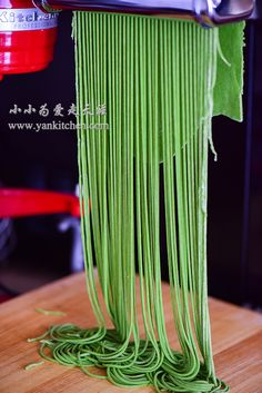 Spinach Noodles — Yankitchen Spinach Noodles, Egg Noodles, Spinach Juice, Frozen Spinach, Chinese Egg, Chinese Food, Chinese Recipes, Pasta, Homemade