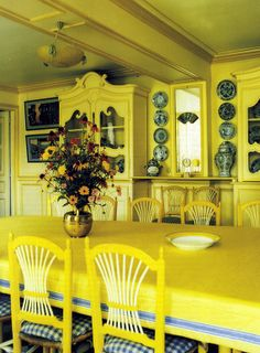 ColorTherapy: Monet's Dining Room - Modern Claude Monet, Beautiful Houses Interior, Beautiful Homes, Yellow Dining Room, Mellow Yellow, Yellow Sun, Colour Yellow, Blue, Interior Decorating