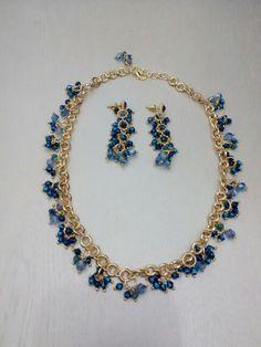 conjinto dourado com cristais azuis.