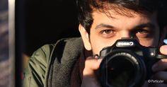 Retrato de Keywan Karimi con una cámara fotográfica Cineasta iraní condenado a un año de prisión y 223 latigazos #libertadexpresion: https://www.es.amnesty.org/actua/acciones/iran-cineasta-condenado-prision-feb16/acciones/iran-cineasta-condenado-prision-feb16/graciasInteresado/