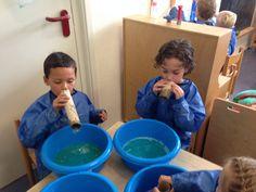 Zeephoek: vier teiltjes bij de action a 1 euro. Ouders vragen om zeep, afwasmiddel, trechters, wc rollen, etc. mee te nemen. Spelen in de watertafel met zeepjes en lauw warm water is fantastisch. Belletjes blazen met lange rietjes van de action is ook een feest. En grote bellen blazen met trechters een ervaring. Zie ook het filmpje: http://youtu.be/LLPoBYjUGsY Een modderhoek vinden ze ook erg leuk. Poppen vies maken en daarna wassen kan ook in de zeephoek. Door Ingrid den Hollander, Meppel