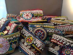 Fantastische bootbelts, handgemaakt, van vintage stoffen, borduurwerk en oude originele munten helemaal van nu in de BOHO/IBIZA stijl Prijs per paar 45 euro