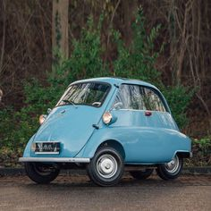 Compact stunner: An aircooled 1959 BMW Isetta 300 in top condition. The classic small car features a fantastic light blue finish paired with a well cared for fabric interior. It comes equipped with a 298cc 1-cylinder engine, producing an output of 13hp. Learn more about the car and its history in the ad! Like & subscribe now for more classics! Four Stroke Engine, Bmw Isetta, Bmw Classic Cars, Classic Trader, Bmw Models, Motorcycle Engine, City Car, Vinyl Cover, Small Cars