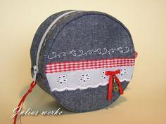 Hallo meine Lieben!      Heute zeige ich euch, wie man dieses Täschchen nähen kann.         Die Größe der fertigen Tasche beträgt: d =...