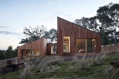 A creative and modern wood house designed by Moloney Architects with two volumes that separate the sleeping and the socializing areas.
