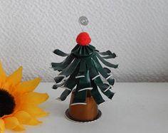Navidad: Nombre de la puerta en forma de árbol de cápsulas Nespresso Cafe Nespresso, Pringles Can, Wind Chimes, Recycling, Projects To Try, Cup Crafts, Christmas Ornaments, Christmas Decor, Star Shape