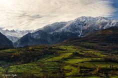 Sierra de Dobros y al fondo los Picos de Europa, macizo central, con el Torrecerredo y Cabrones presidiendo el mismo.