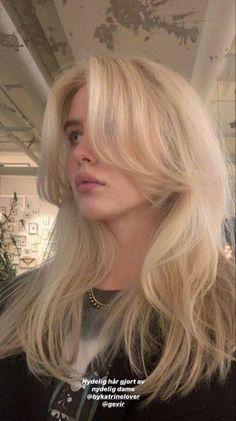 Blonde Hair Looks, Brown Blonde Hair, Girls With Blonde Hair, Hair Streaks Blonde, Blonde Hair Outfits, Blonde Hair Bangs, Hair Color Streaks, Bleach Blonde, Hair Dye Colors