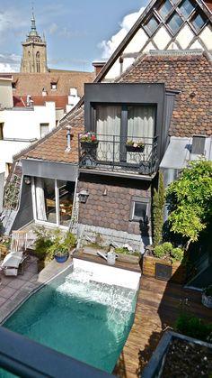 Sylviane a toujours rêvé d'avoir une maison à la campagne entourée de vergers mais tout change quand elle visite cet appartement: un duplex qui entoure une terrasse avec piscine sur les toits de Colmar, c'est une occasion à ne pas manquer.