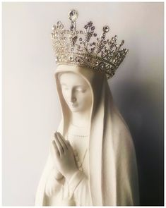 Catholic Prayers, Catholic Saints, Virgin Mary Statue, Christian Images, Queen Of Heaven, Bridal Makeup Looks, Holy Mary, Madonna And Child, Blessed Virgin Mary