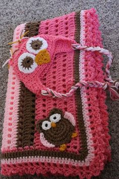 Conjunto de manta e gorro rosa com o tema mocho