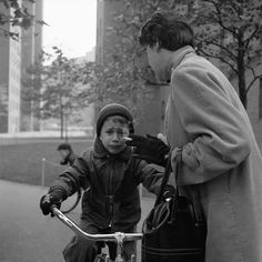 A beautiful small collection of street photographer, Vivian Maier's work over at Articleand.com, plus our weekly finds. #finds #web #art #photography #blog #domestica #vivianmaier #articleand