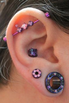 Unique Piercing Ideas and lists that can attract attention. Cute ideas for dermals, facial piercing and all other body piercings ideas. Tragus Piercings, Piercing Tattoo, Piercing Plug, Piercing Orbital, Pretty Ear Piercings, Ear Peircings, Facial Piercings, Cartilage Earrings, Body Piercing
