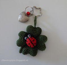 filantroJopie: gratis patroon klavertje vier Crochet Keychain, Crochet Earrings, Crochet Key Cover, Amigurumi Toys, Crochet Gifts, Ladybug, Crochet Projects, Free Pattern, Projects To Try