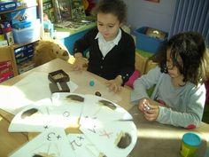 Het egelspel : We maken een egel uit plasticine en dan moeten we hem proberen 8 stekels te geven, dit door te draaien aan de draaischijf en het juiste aantal prikkers te nemen of terug te leggen.