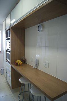 Este apartamento tem 64m² e está situado em Brasília. Trata-se de uma residência para um casal de recém-casados. Quem assina é a arquiteta Priscila Fernandes.