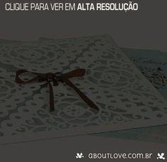 Envelope em papel especial na cor branca recortado em padrões de renda