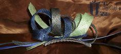 Garabato en verde, azul y gris.  www.facebook.com/ConEncantoBilbao  Sinamay doodle headpiece