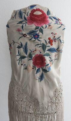 Antiguo mantoncillo color hielo bordado en colores #Feria #Flamenca