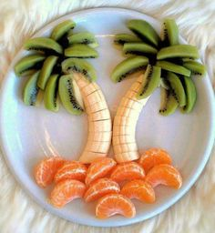 Palm tree fruit art fits right in with our carefree Summer living plans. This isn't a cake, but would be a nice addition to the Paleo party. Snacks Für Party, Luau Party, Kid Snacks, Beach Party, Preschool Snacks, Tiki Party, Luau Birthday Parties, 2nd Birthday, Birthday Ideas