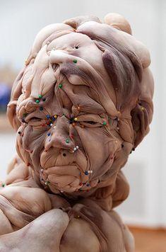 Die Niederländerin Rosa Verloop macht Skulpturen aus Strumpfhosen und die Arbeiten sehen mehr als nur Creepy aus. Die Nylonstrümpfe werden mit irgendeinem Material gefüllt und mithilfe von Stecknad…