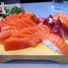 Salmon And Surf Clam Sashimi Sushi Recipes, Salmon Recipes, Seafood Recipes, Asian Recipes, Sushi Co, Sushi Platter, Sleepover Food, Sushi Party, Good Food