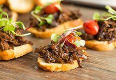 Bruschetta de acém com mini cebolas, tomate cereja e brotos por Academia da carne Friboi
