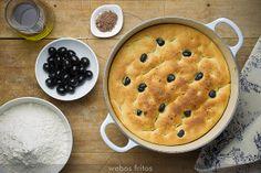 Pan de aceite y aceitunas negras en cazuela by webos fritos, via Flickr