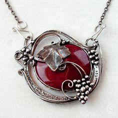 """Vinobraní - Jaspis Originální Autorský šperk """"Vinobraní - Jaspis """" POPIS:Ústředním kamenem je Jaspis Mokait. Kámen má vínovo hnědou barvu, je velice pěkný a hladký. Kámen je zdobený kroucenými šlahounky vína, hrozny a listem. Šperk dotváří tepané zapínání ve předu. Šperk je patinován, leštěn, broušen a povrchově ošetřen. MATERIÁL:bezolovnatý cín, ..."""