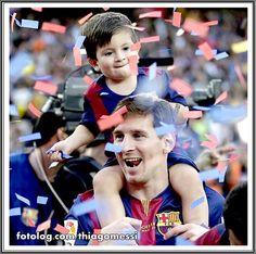Thiago Messi : Titi feliz com os papéis picados usados na celebração. | thiagomessi