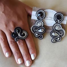 Soutache Jewelry, Wire Jewelry, Jewelery, Embroidery Applique, Beaded Embroidery, Soutache Tutorial, Polymer Clay Embroidery, Diy Accessories, Shibori