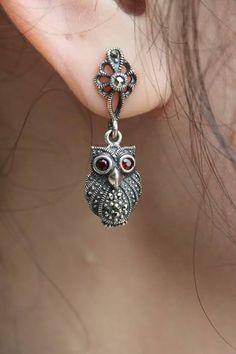Looks like my keychain! Owl Jewelry, Animal Jewelry, Jewelry Box, Jewelery, Jewelry Accessories, Jewelry Making, Unique Jewelry, Owl Earrings, Animal Earrings