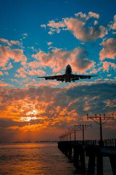 Plane landing at Hong Kong airport Bright Wallpaper, Aesthetic Pastel Wallpaper, Aesthetic Backgrounds, Nature Wallpaper, Aesthetic Wallpapers, Wallpaper Backgrounds, Airplane Photography, Sunset Photography, Travel Photography