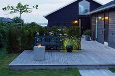 En sommerhusgrund ved Juelsminde blev klædt på til et godt udeliv, da havearkitekt Tor Haddeland tog en nøgen træterrasse under kærlig behandling.