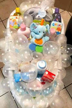28 Affordable & Cheap Baby Shower Gift Ideas For Those on a Budget Baby Shower Gift Ideas! DIY baby shower gifts – Unique, creative DIY baby shower gift baskets and baby bathtub gift baskets to make cheap – Dollar Stores DIY baby shower gifts for boys, g Cheap Baby Shower Gifts, Budget Baby Shower, Baby Shower Presents, Baby Girl Shower Themes, Creative Baby Shower Gift, Canasta Para Baby Shower, Regalo Baby Shower, Baby Shower Gift Basket, Baby Girl Gift Baskets