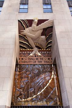 Art Deco na América  Em Nova York , o Art Deco é exemplificado por sua arquitetura de arranha-céus , incluindo projetos para edifícios como:  - Edifício Chanin (1927-9) por Sloan & Robertson.  - O Edifício Chrysler (1928-30) por William van Alen.  - O Empire State Building (1929-31) por Shreve, Lamb & Harmon.  - Edifício McGraw-Hill (1929-30), de Raymond Hood.