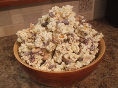 My mom gave me this recipe some time ago.it's pretty fantastic as far as a snack goes. Popcorn Recipes, Snack Recipes, Cooking Recipes, Snacks, Yummy Recipes, Chocolate Popcorn, White Chocolate, Popcorn Bar, Just Desserts