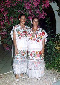 Yucatecas ataviadas con el terno del hipil, traje típico de Yucatán, mismo con el que se baila la Jarana yucateca