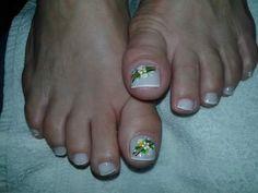 Unhas dos pés clarinhas com flores